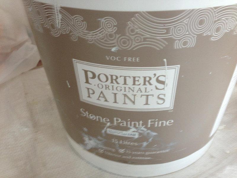 真っ白な塗装の壁で、ギャラリーのようなリビングに